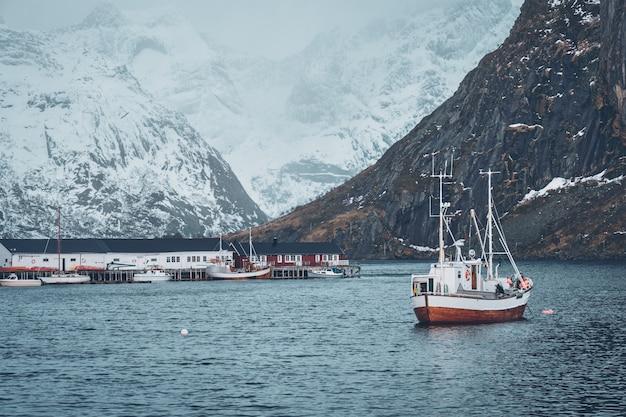 Navio na vila de pescadores de hamnoy nas ilhas lofoten, noruega