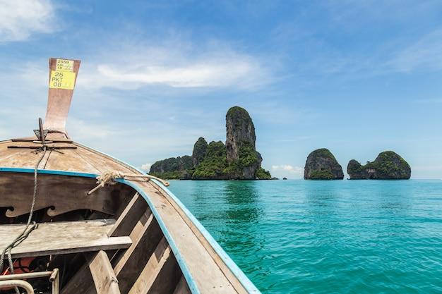 Navio nariz vista frontal barco de cauda longa no mar em railay, krabi, mar de andaman, tailândia