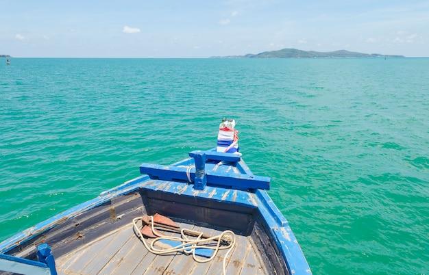 Navio nariz vista frontal barco de cauda longa no mar ilhas phi phi ásia tailândia