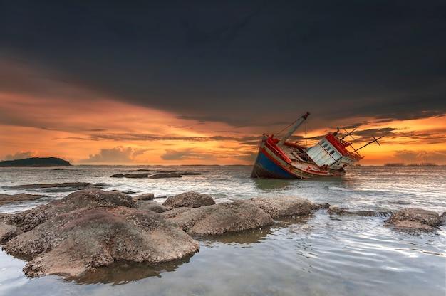 Navio naufragado ao pôr do sol em chonburi, tailândia