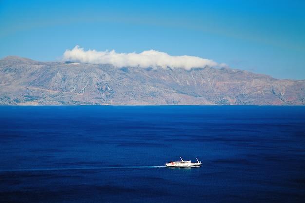 Navio navegando no mar mediterrâneo