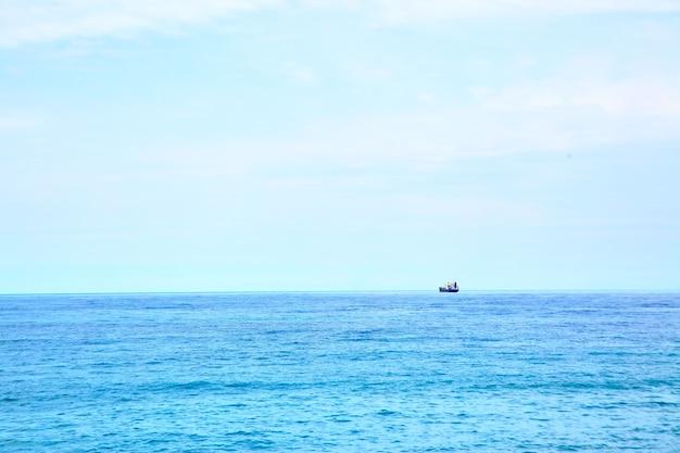 Navio no horizonte no mar mediterrâneo