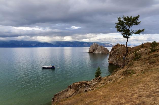 Navio no lago rodeado por montanhas