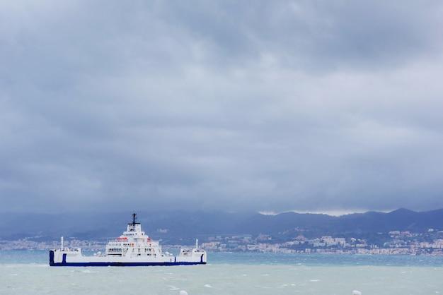 Navio no mar