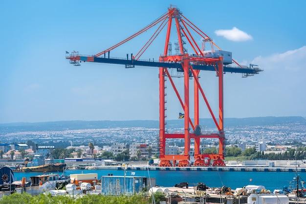 Navio para guindaste de contêiner em terra no terminal de carga do porto de limassol, chipre