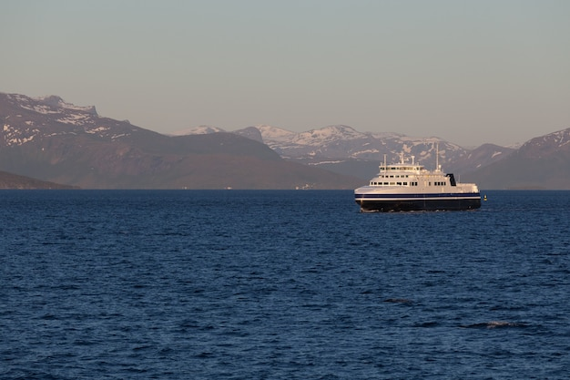 Navio para visitar fiordes na noruega. um fiorde místico com nuvens escuras na noruega com montanhas e neblina pairando sobre a água