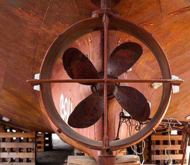 Navio parafuso para rampa de lançamento de madeira em um estaleiro em kamchatka