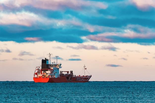 Navio petroleiro vermelho movendo-se para o mar báltico