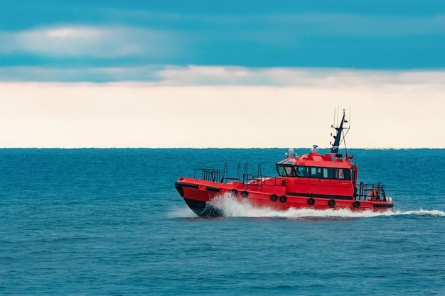 Navio-piloto vermelho movendo-se em velocidade do mar báltico