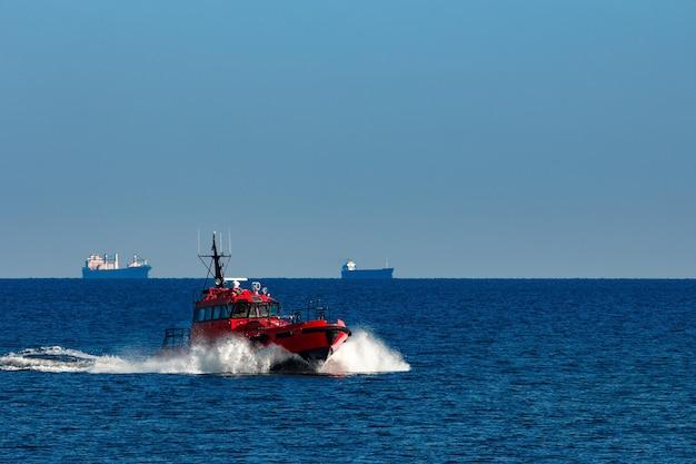 Navio-piloto vermelho saindo do mar báltico