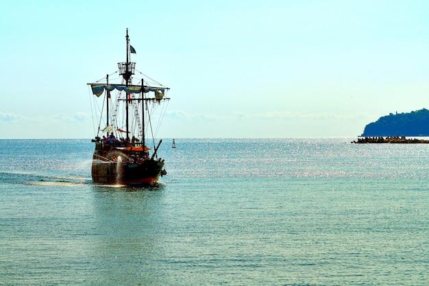 Navio pirata no mar aberto