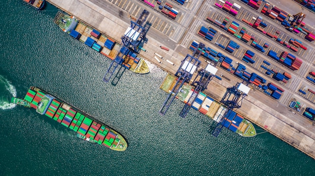 Navio porta-contêineres de carga e descarga no porto de mar profundo