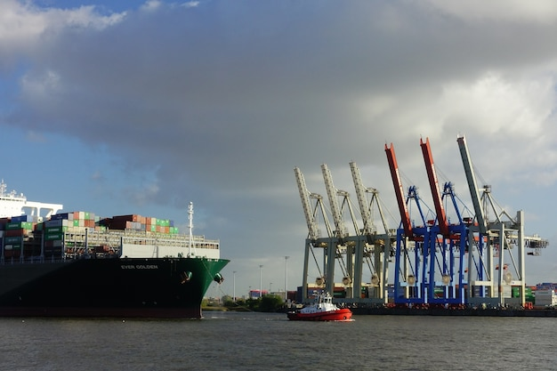 Navio porta-contêineres no porto de hamburgo