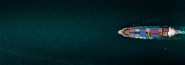 Navio porta-contêineres para importação e exportação no banner com vista aérea do mar