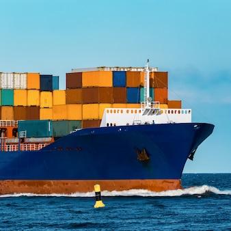 Navio porta-contentores azul em viagens. indústria de logística e frete