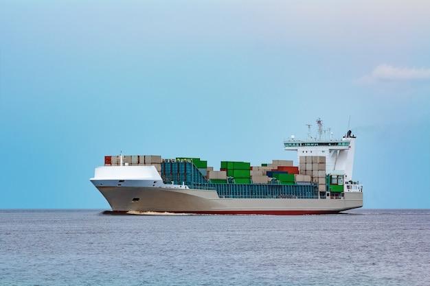 Navio porta-contentores cinzento. logística e importação de produção