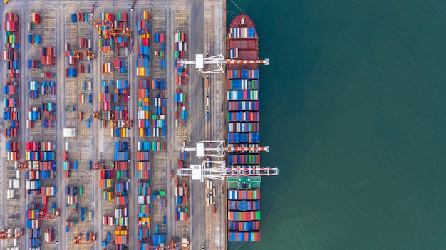 Navio porta-contentores de carga e descarga no porto de alto mar, vista aérea superior de importação e exportação de logística de negócios
