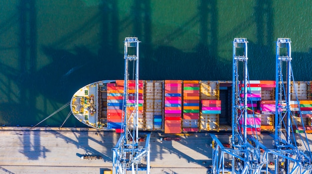 Navio porta-contentores de carga e descarga no porto de alto mar, vista aérea superior do transporte logístico de negócios para importação e exportação