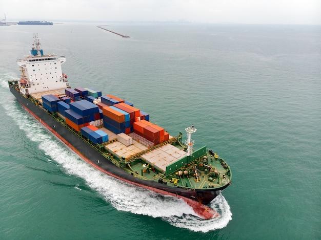 Navio porta-contentores de carga transportando mercadorias de importação e exportação de contêineres