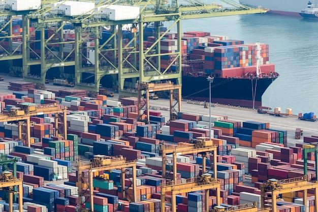 Navio porta-contentores em importação exportação e porta logística empresarial.