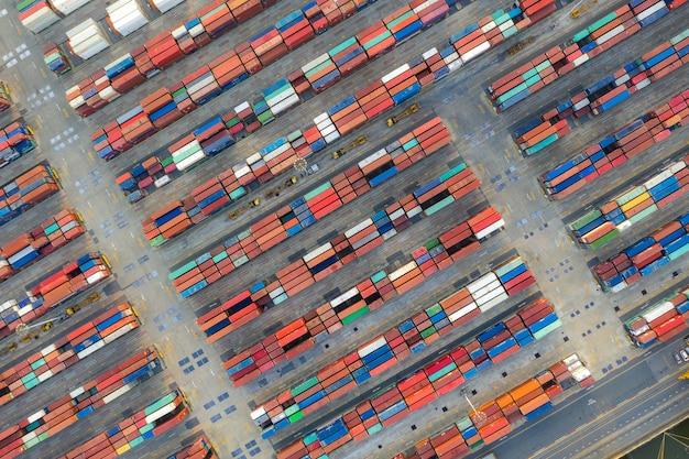 Navio porta-contentores em logística de exportação e importação e transporte.