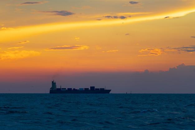 Navio porta-contentores no mar