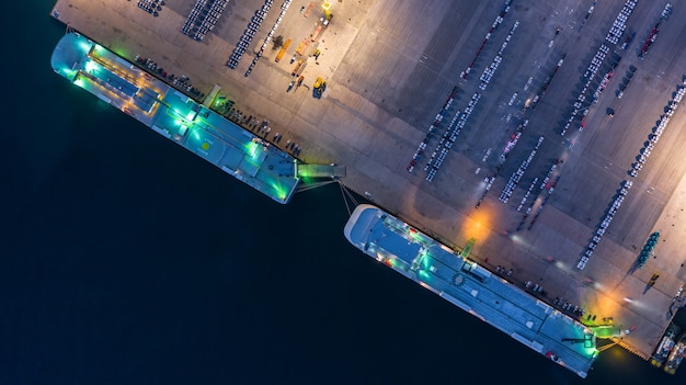 Navio porta-contentores que chega no porto comercial.