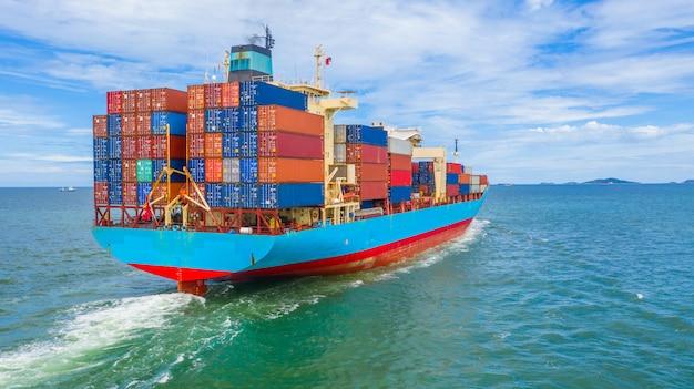 Navio porta-contentores que sai do porto industrial.