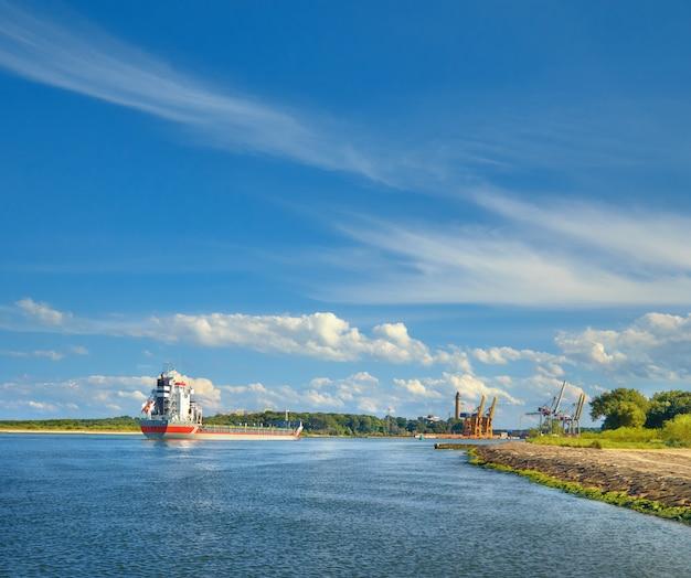 Navio que entra no porto de swinoujscie, polônia