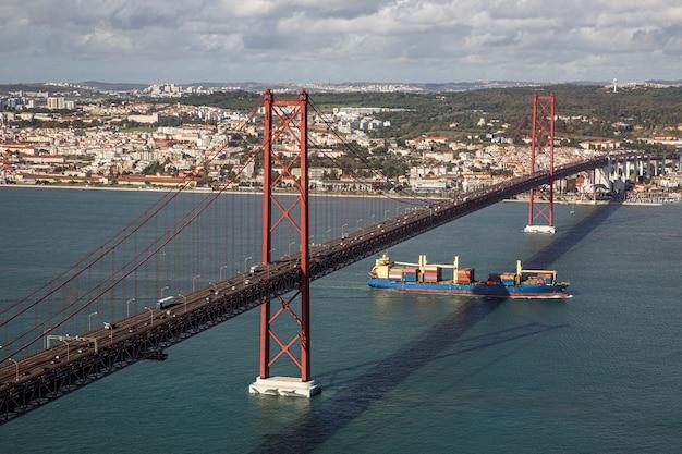 Navio-tanque passa sob a ponte the 25 de abril.