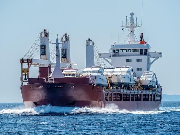 Navio transporta barcos. envie na água.