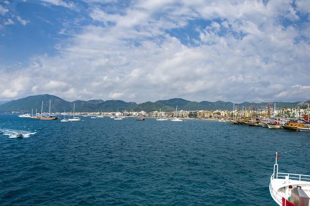 Navios com mastros na baía de marmaris. turquia