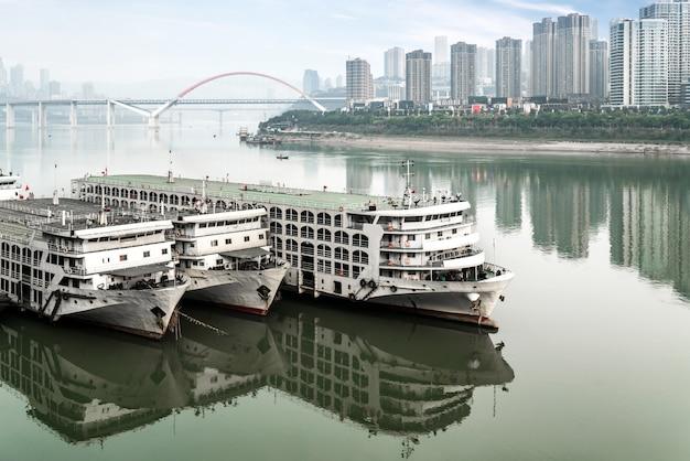Navios cruzeiro, e, arranha-céus, em, chaotianmen, cais, chongqing, china