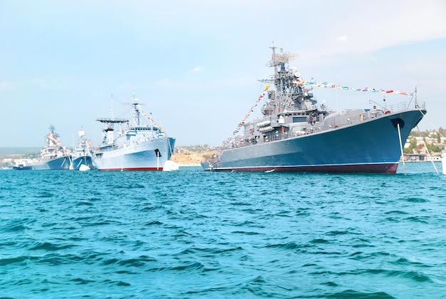 Navios da marinha militar em ordem no mar azul