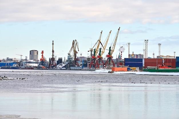 Navios de carga atracados e guindastes no porto