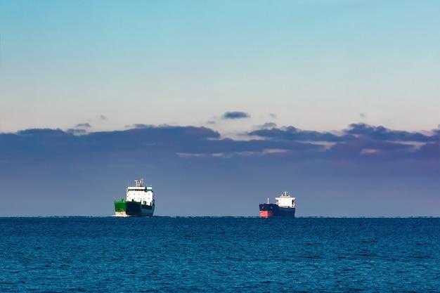 Navios de carga em águas paradas do mar báltico