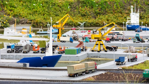 Navios de carga, guindastes e caminhões no porto