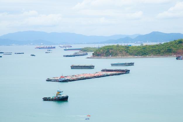 Navios de carga.