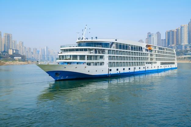 Navios de cruzeiro de luxo navegando no rio yangtze, o horizonte da cidade em chongqing, china
