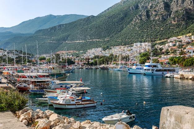 Navios de cruzeiro e pequenas embarcações em uma marina da bela cidade em um dia ensolarado. uma magnífica paisagem de cartão postal.