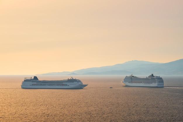 Navios de cruzeiro no mar egeu ao pôr do sol
