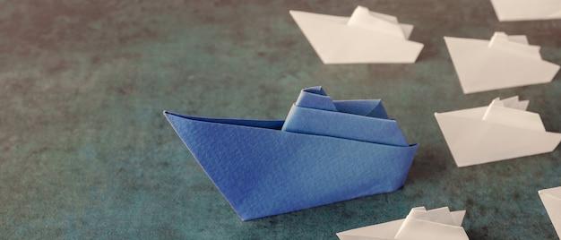 Navios de papel origami, conceito de negócios de liderança