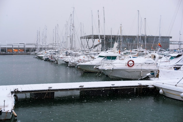 Navios e barcos cobertos de neve no porto da cidade espanhola de denia