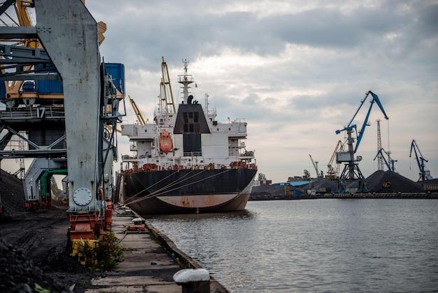 Navios e guindastes em um terminal portuário.