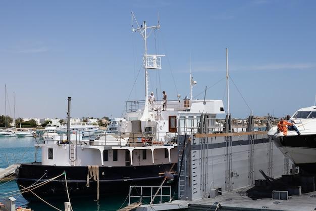 Navios e iates no porto