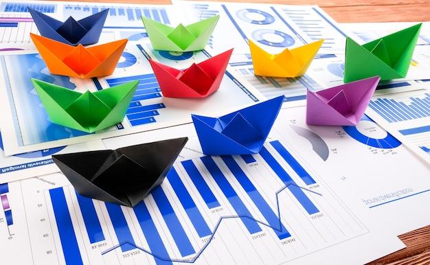 Navios feitos de papel colorido em cartas comerciais. conceito de trabalho em equipe.