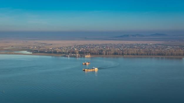Navios navais no rio danúbio em galati, romênia
