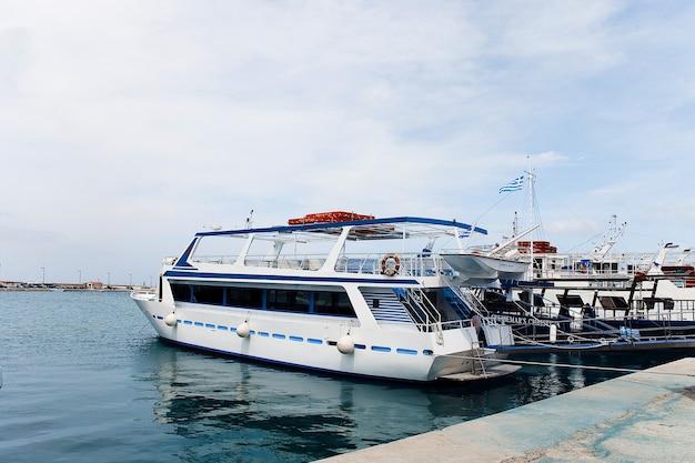 Navios no porto de zakinthos, grécia