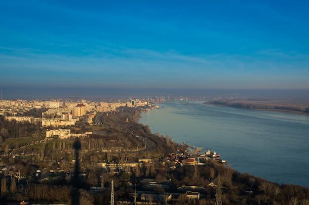 Navios no rio danúbio em galati, romênia