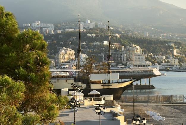 Navios vintage estilizados para se divertir na orla de yalta de manhã cedo com luz rosa